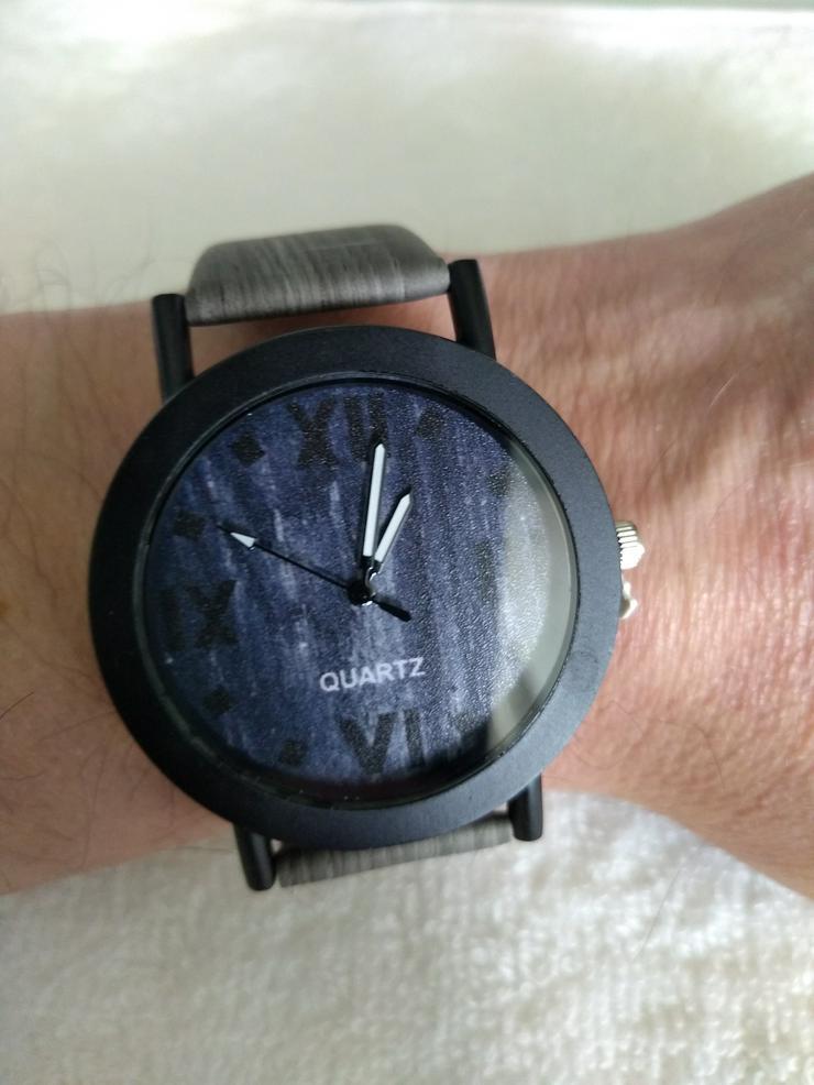 Armbanduhr schwarz mit modernen Motiv