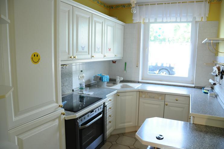 gut erhaltene weiße Einbauküche