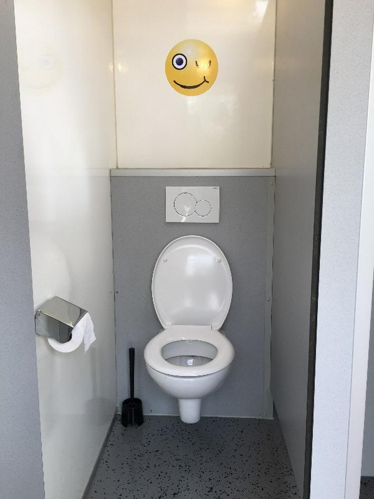 Bild 2: Toilettenwagen Smiley mieten,  gestaltet mit pfiffigen Smiley Motiven.