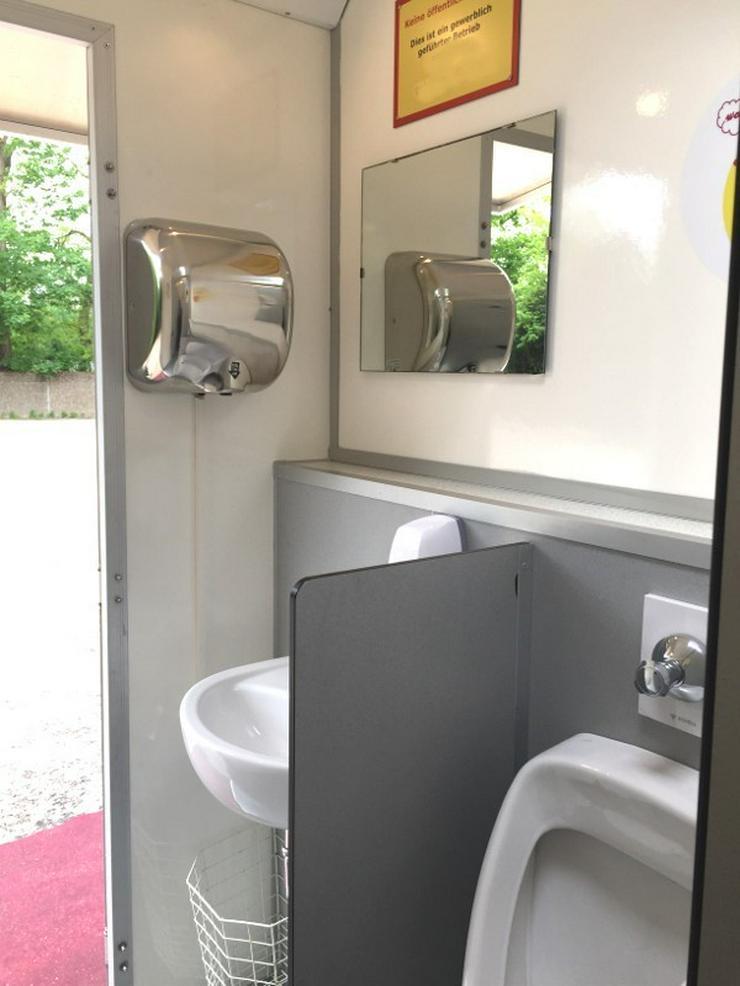 Bild 3: Toilettenwagen Smiley mieten,  gestaltet mit pfiffigen Smiley Motiven.