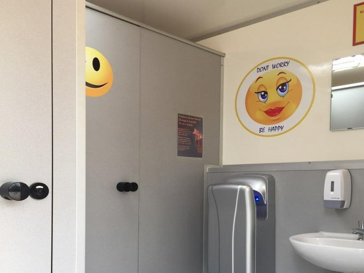 Toilettenwagen Smiley mieten,  gestaltet mit pfiffigen Smiley Motiven. - Party, Events & Messen - Bild 3
