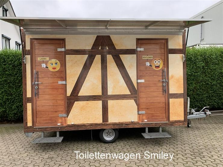 Toilettenwagen Smiley mieten,  gestaltet mit pfiffigen Smiley Motiven.