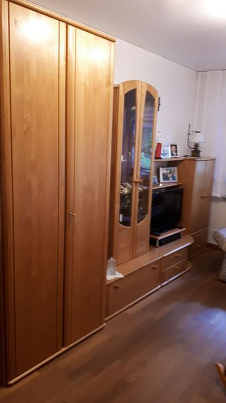 Jugendzimmer mit Kleiderschrank und Schreibtisch