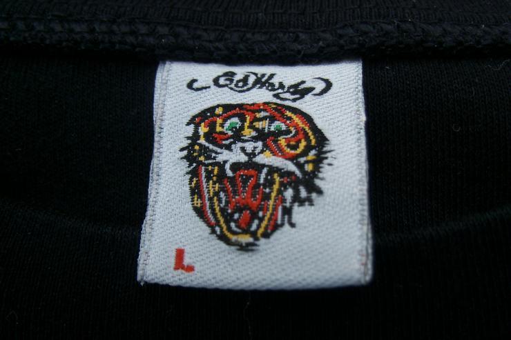 """Bild 2: Ein Ed-Hardy Shirt mit Emblem """"Love Kills"""" und Perlen besatz"""