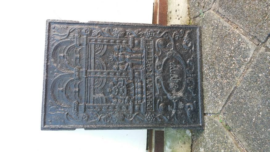 Gußplatte mit Kirchenmotiv von altem Ofen