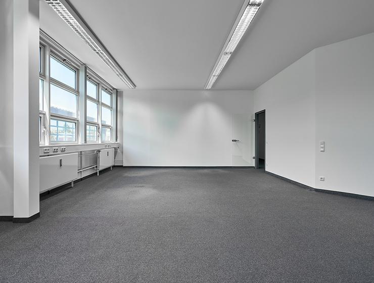 Renovierte Büroflächen in moderner Arbeitsumgebung in Grasbrunn