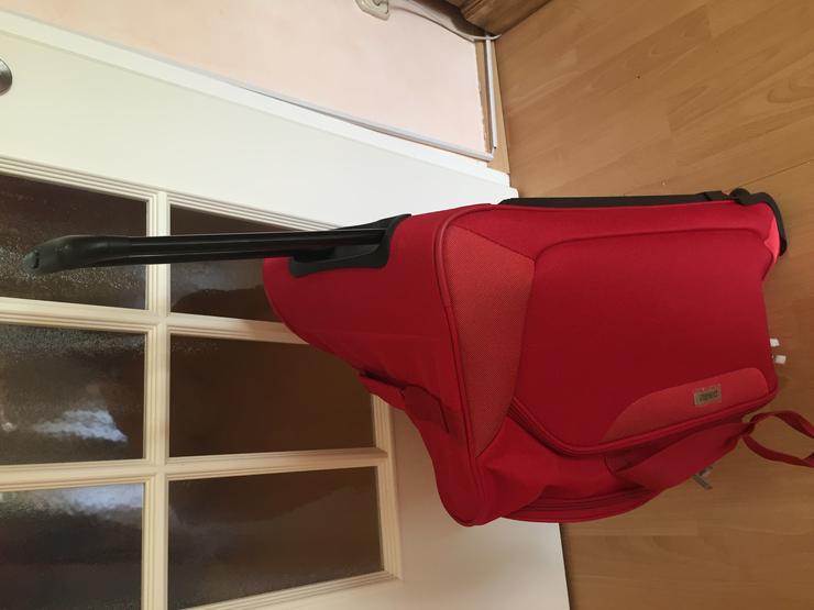Bild 2: Reisetasche mit Rollen rot 68 x 34 cm
