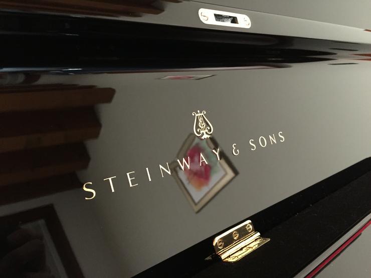 Steinway & Sons V-125 schwarz, wie neu