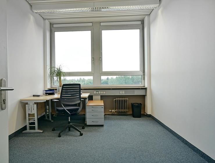 ALL-INCL.-MIETE: Teilsanierte Büros mit Teeküche inkl. Kaffee- und Teeflatrate in München - Gewerbeimmobilie mieten - Bild 1