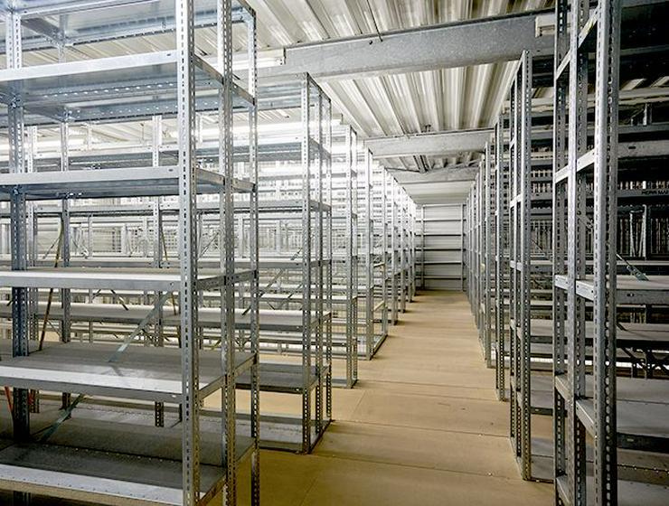 Voll ausgestattete Archiv- oder Lagerfläche mit Metallregalen in Neuss - Gewerbeimmobilie mieten - Bild 1