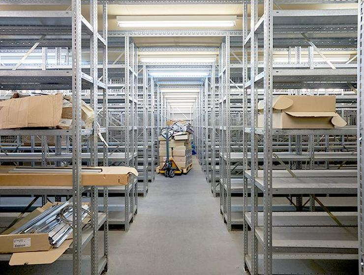 Bild 6: Voll ausgestattete Archiv- oder Lagerfläche mit Metallregalen in Neuss