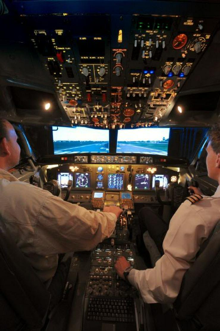 """Bild 3: Flugsimulator in Berlin: Als """"Pilot"""" im Cockpit eines A320"""