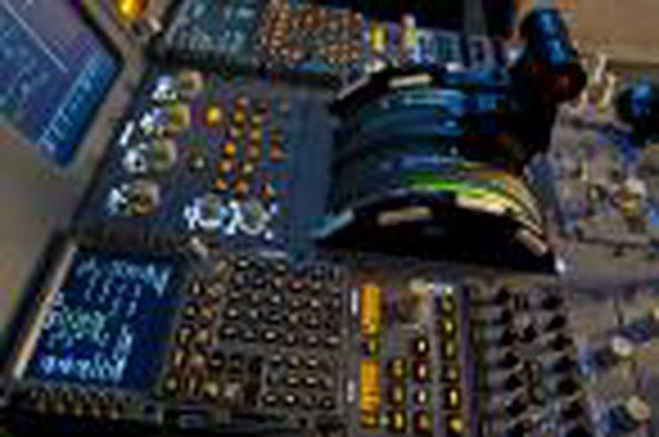 """Bild 2: Flugsimulator in Berlin: Als """"Pilot"""" im Cockpit eines A320"""