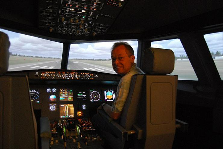 """Bild 6: Flugsimulator in Berlin: Als """"Pilot"""" im Cockpit eines A320"""
