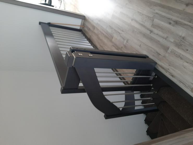 Bild 2: Holztreppe mit Geländer