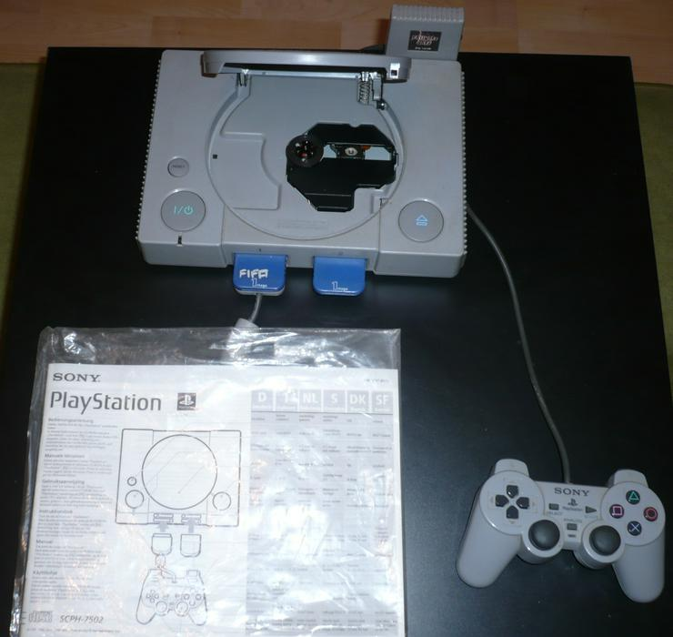 Playstation (I) mit 1x Controller, 2x Speicherkarten, 1x Password Saver, 15 Spiele in Original Verpackung.