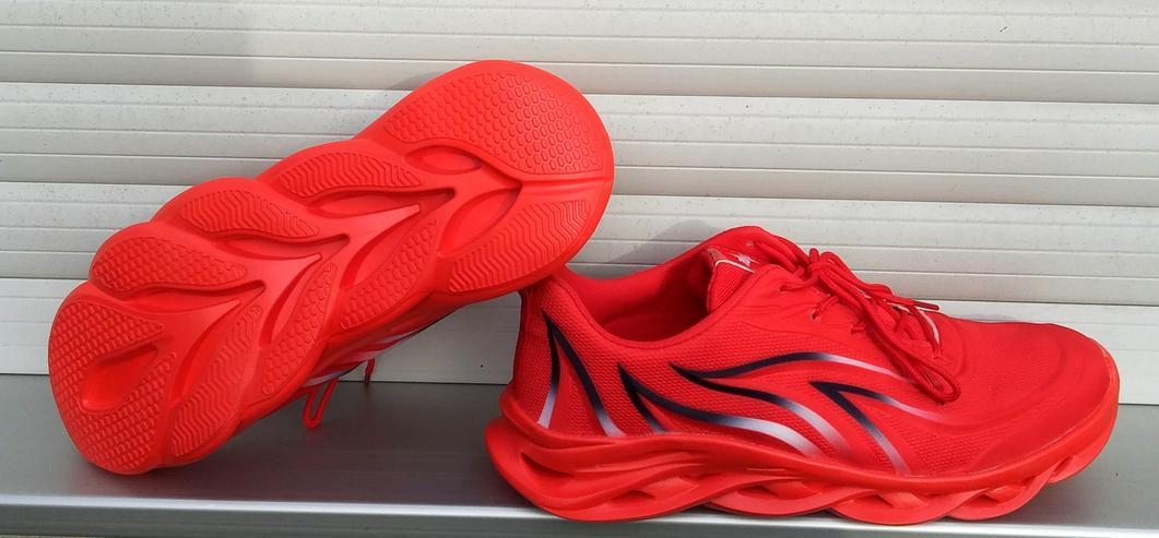 Bild 2: Utraleicht-Sneaker mit extrem breiter Anti-Umknick-Sohle