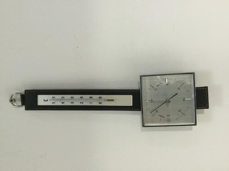 Wetterstation von MOCO mit Barometer und Thermometer auf einem Lederband.