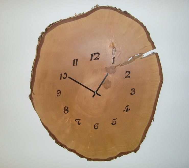Wanduhr mit Ziffernblatt aus Birken Stammholz dm 70 cm, leises Qualitäts Uhrwerk v. Junghans