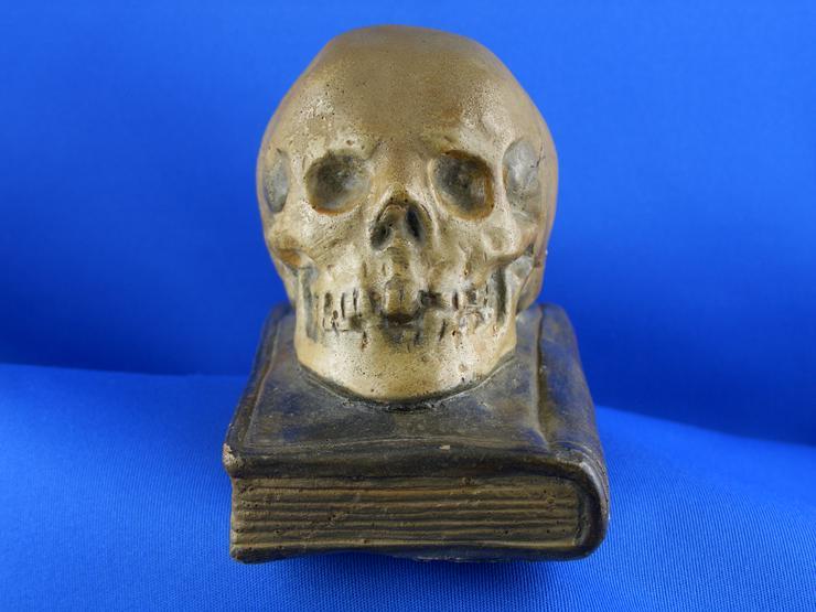 Bild 2: Antiken  Totenkopf Figur