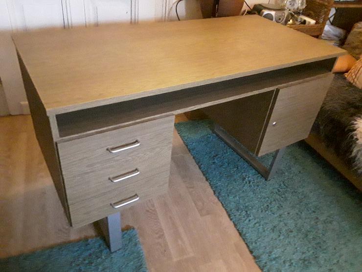 Bild 2: Schreibtisch im neuwertigen Zustand wegen Umzug zu einem bestehenden Haushalt abzugeben