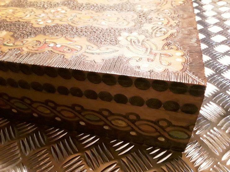 Bild 2: Neuwertige Holz - Schatulle mit geschnitzten Motiven