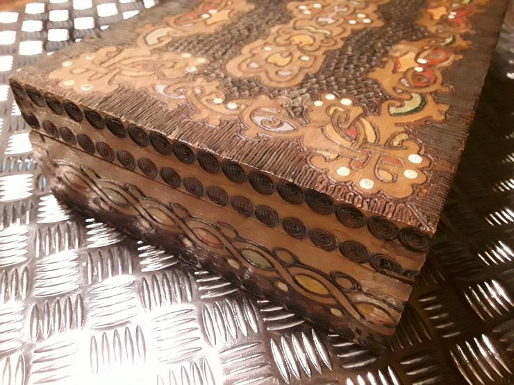Bild 3: Neuwertige Holz - Schatulle mit geschnitzten Motiven