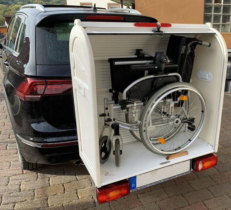Sauber und sicherer Rollstuhltranport auf der Anhängerkupplung