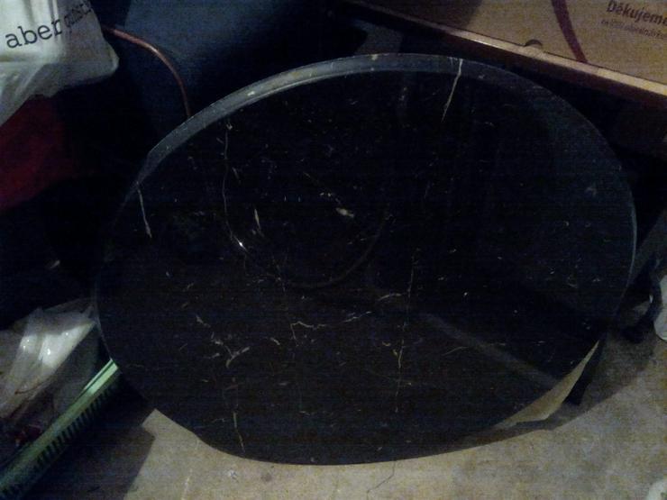 Tisch mit runder Marmorplatte