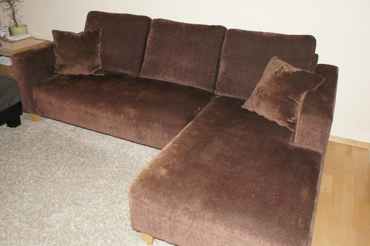 Sehr bequemes Relax-Sofa aus braunem Velourstoff, inkl. 3 Kissen und 2 Zierkissen