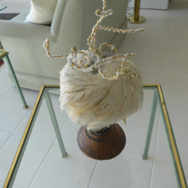 Alter Designerhut mit altem Hutständer aus Holz