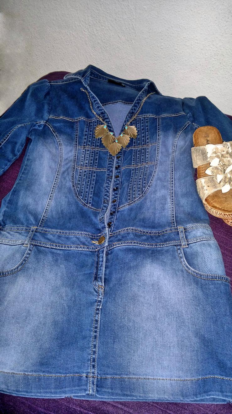 Schickes, sportliches Jeanskleid mit Strassstein-Applikation