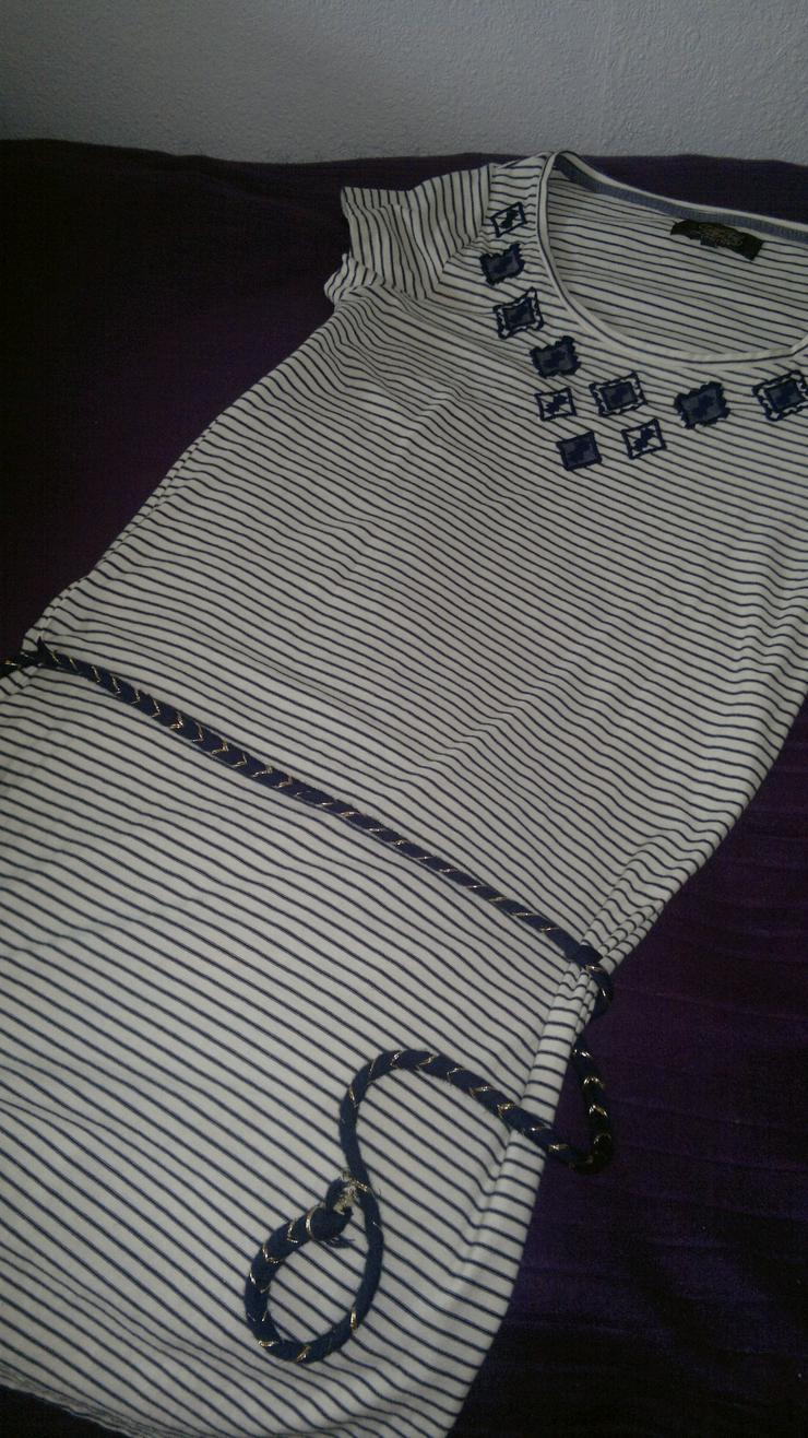 Schickes Kleid im Marinelook
