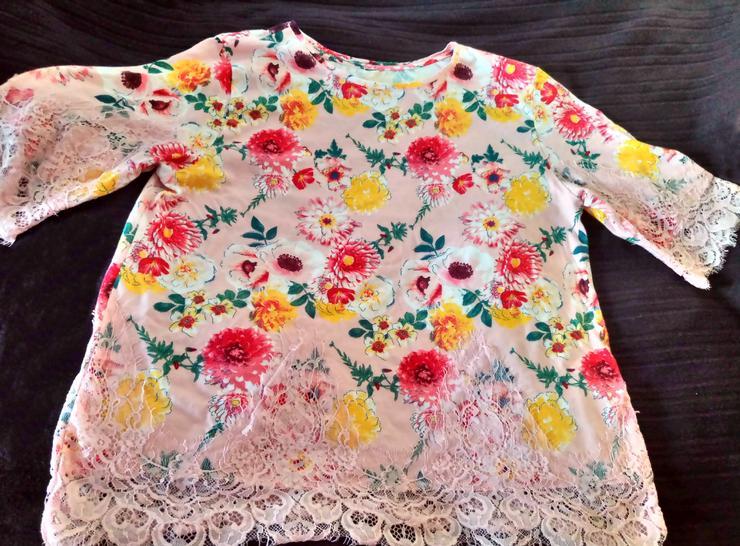 Farbenfrohes Blütenshirt
