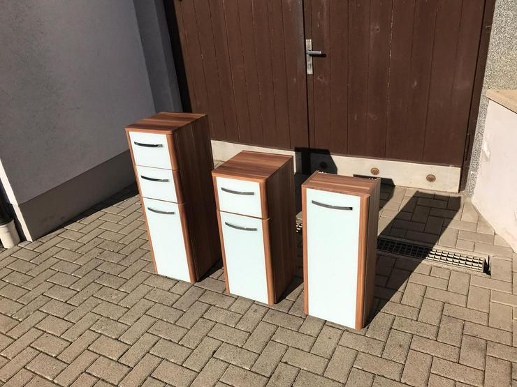 3 Badschränke aus Holz mit eingefasster Front aus Milchglas