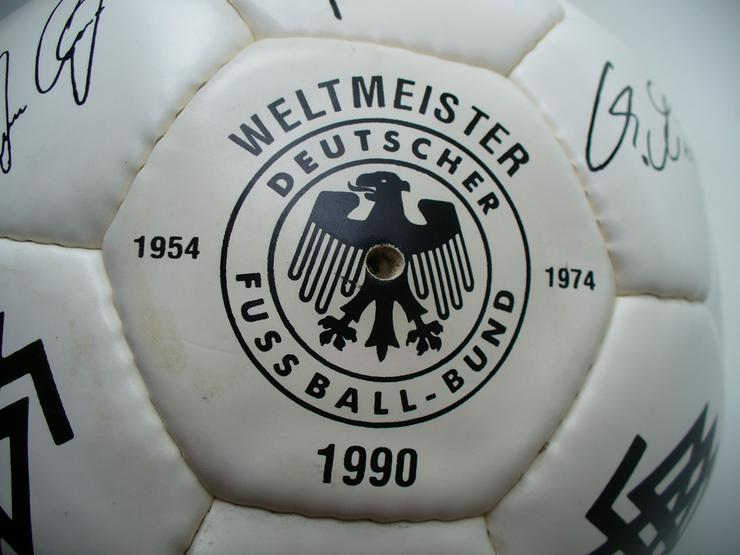 Fußball der WM 1990 mit den Autogrammen der Spieler
