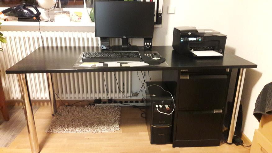 Schreibtisch und Bürocontainer