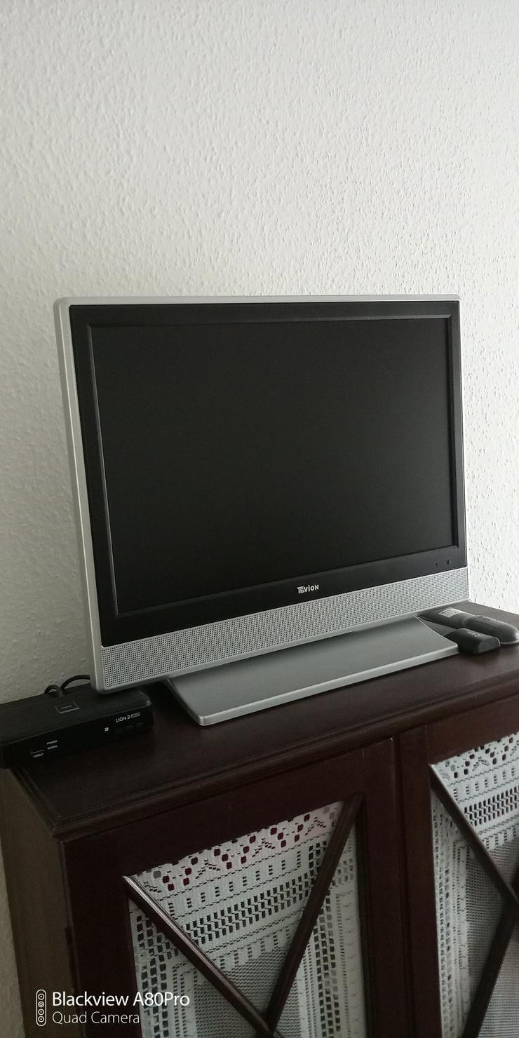 Kleiner Flachbildfernseher mit DVBT-Receiver und Zimmerantenne