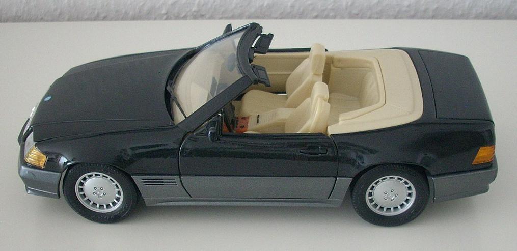 Bild 5: Mercedes 500 SL (1989) - schwarz / bordeauxrot - Modellauto 1:18 - MAISTO