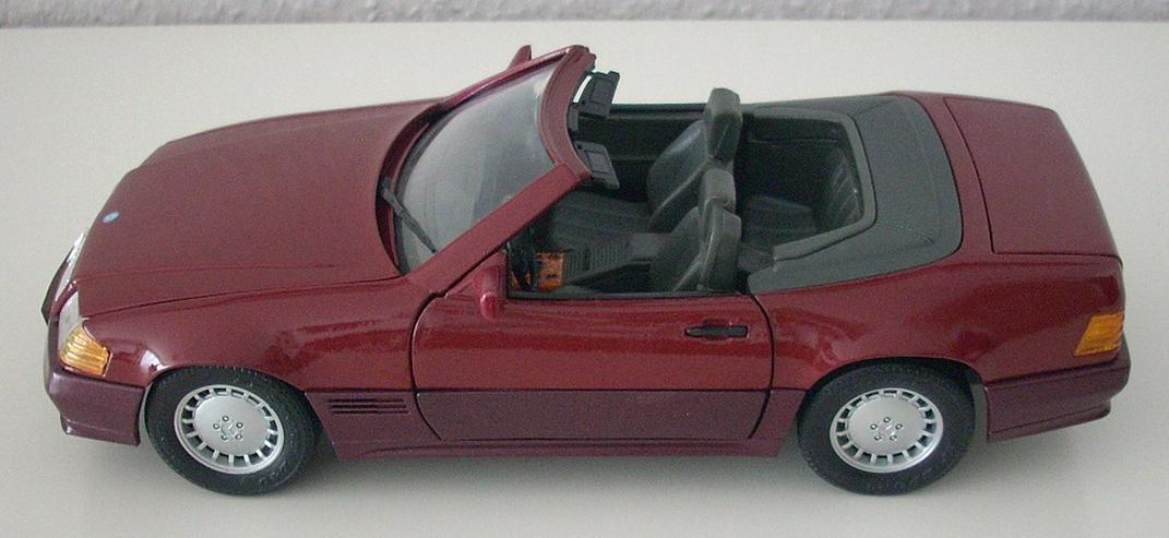 Bild 3: Mercedes 500 SL (1989) - schwarz / bordeauxrot - Modellauto 1:18 - MAISTO