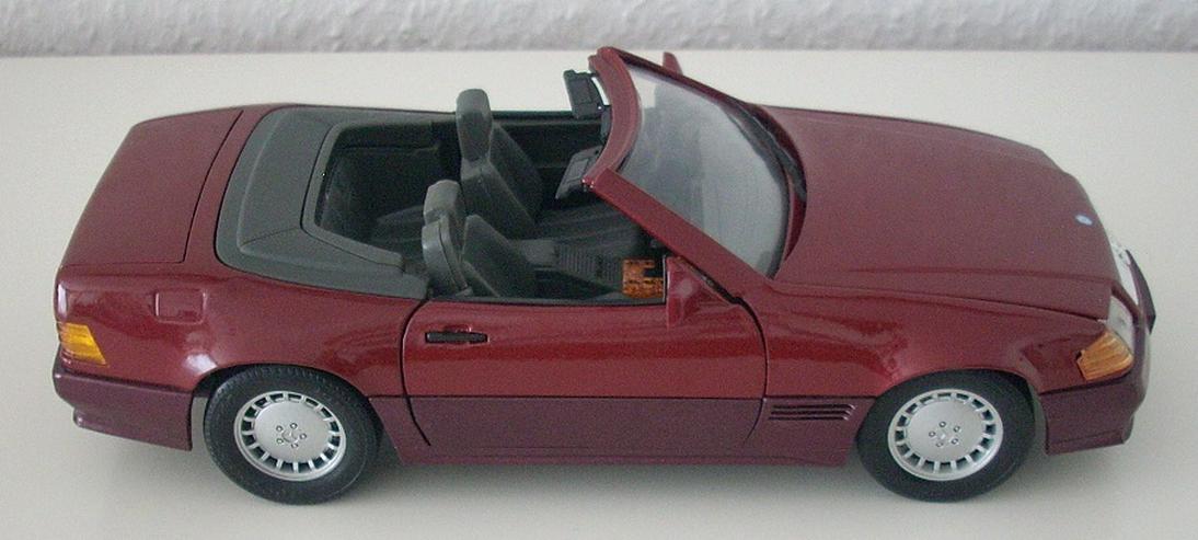 Bild 4: Mercedes 500 SL (1989) - schwarz / bordeauxrot - Modellauto 1:18 - MAISTO