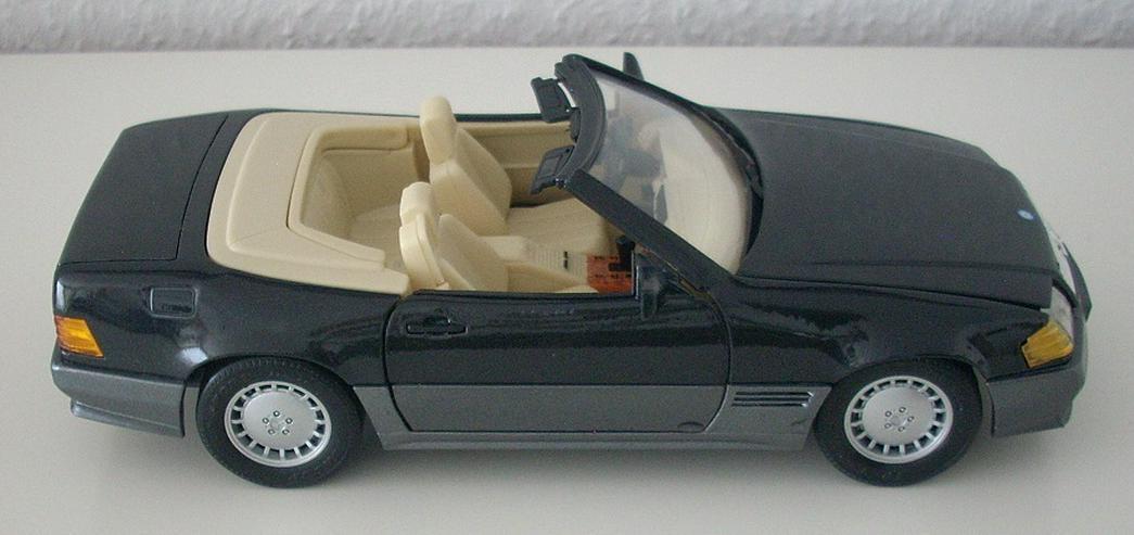 Bild 6: Mercedes 500 SL (1989) - schwarz / bordeauxrot - Modellauto 1:18 - MAISTO