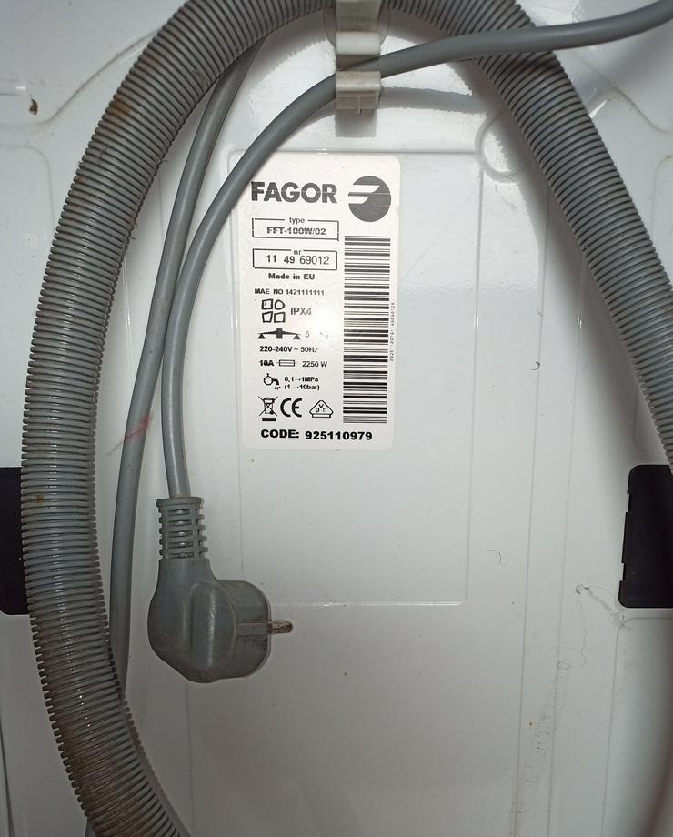 Bild 3: schmale Waschmaschine, Toplader.