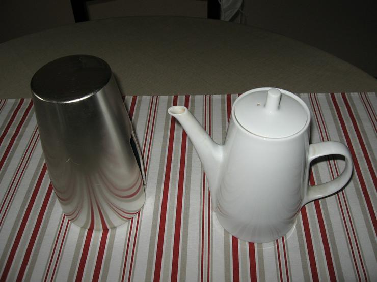 Bild 6: Melitta Warmhalte- Kaffee- und Teekanne, mit Milchkännchen, ca. 50 Jahre alt, Porzellan mit Isolierhaube,