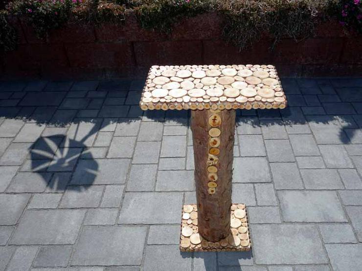Kleiner Holztisch, Ständer für Insektenhotel, Säule mit Astscheiben