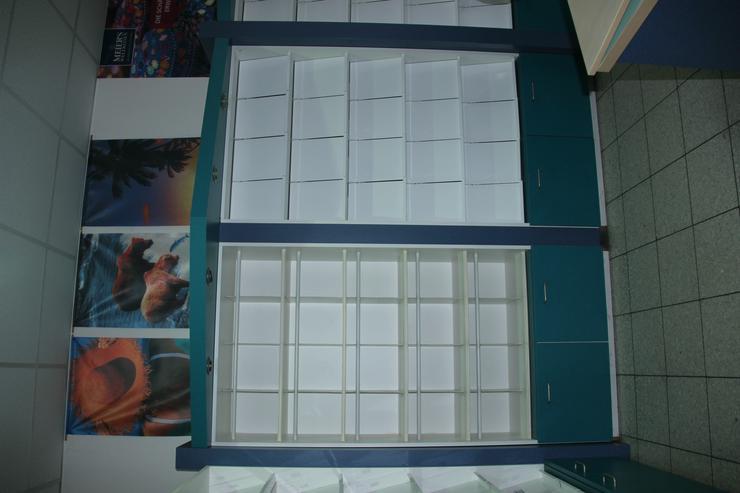 Bild 2: Regalwand mit Schubkästen und Unterschränken