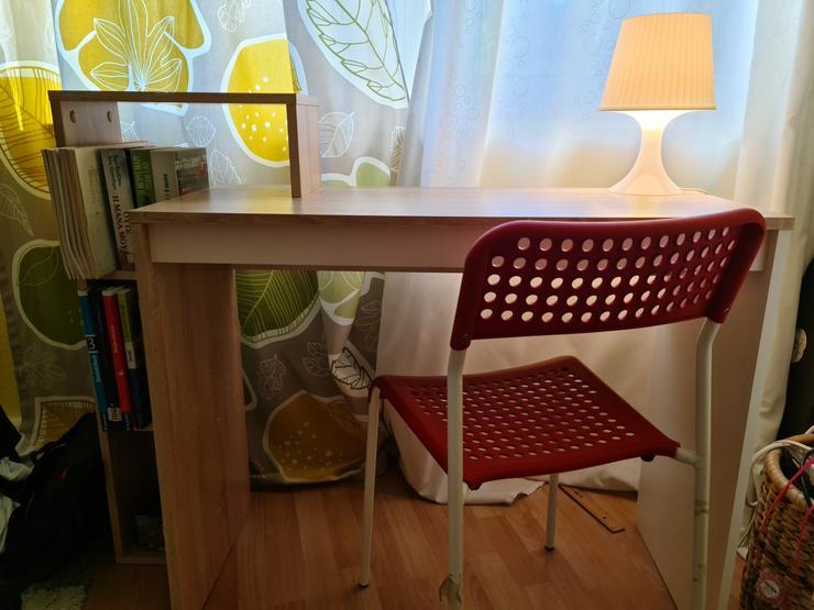 Bild 3: Schreibtisch mit einem Stuhl