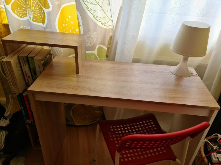 Bild 2: Schreibtisch mit einem Stuhl