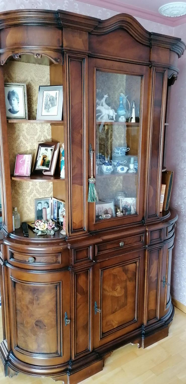 Schöne große Glasvitrine mit Intarsienfurnier