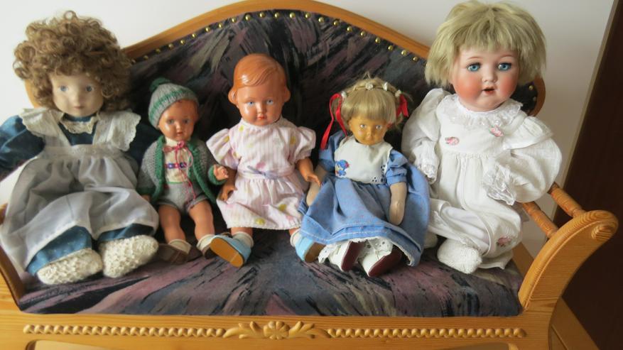 5 Puppen auf Puppenbank